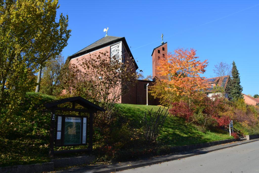 Blick auf die Dorfkirche in Benkhausen